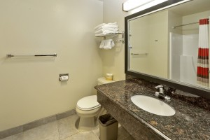 Red Roof Inn - Spacious Bathroom